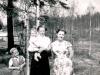 Nuori perhe ja taustalla kuormuri