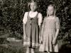 Kaksi tyttöä mekoissa